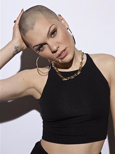Jessie J se fait raser la tête en direct à la télé