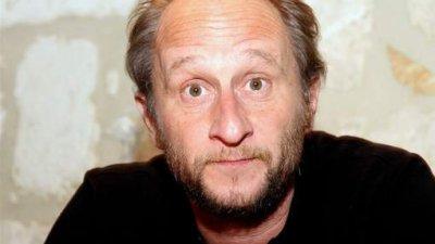 Benoît Poelvoorde attaqué à la béquille