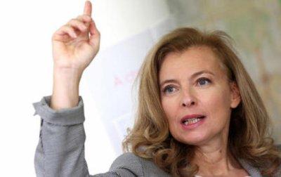 Valérie Trierweiler tire la capuche d'un journaliste