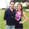 *Notre beau Irlandais, Colin O'Donoghue posant avec une fan ( chanceuse ) à Maui à Hawaii. Sa femme, Helen et son fils, Evan étaient aussi à Maui. La famille O'Donoghue seraient-ils à Hawaii pour les vacances?