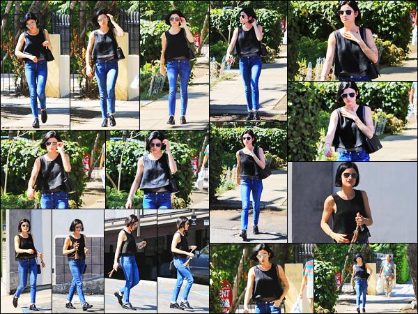 ''─ '12 JUILLET 2017:''  Notre talentueuse petite Lucy Hale a été vue alors qu'elle était dans les rues de Beverly Hills. Petite sortie pour Lucy avant le retour sur le plateau du tournage de la série Life Sentence ! Un petit top pour la tenue de miss Hale.