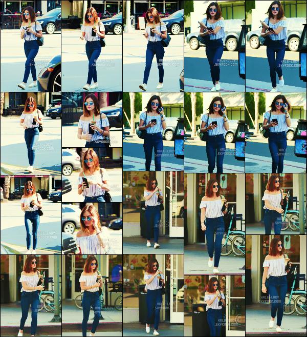 . 23/08/2016 - Après avoir été chercher son café au Starbucks,  Lucy Hale  a été vue à Los Angeles ! .