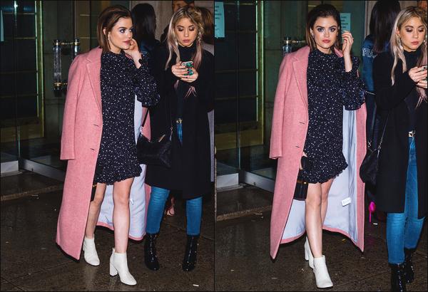 ''• '10/02/18:''   La superbe Lucy Hale a été photographiée par les pappz's dans les rues de la grande ville de New York City. Lucy H était vêtue d'une petite robe bleu marine à pois blanc et d'un long manteau rose! Je lui accorde un grand grand top pour sa tenue.