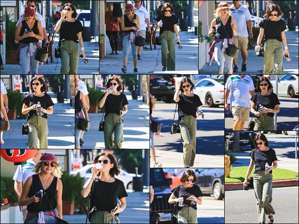 ''• '18/09/18:'' Lucy a été vue alors qu'elle se promenait dans les rues de la ville de Los Angeles, en Californie. C'est dans une tenue plutôt simple et une bouteille d'eau à la main que l'actrice a été photographiée. Je lui accorde un top pour sa tenue.