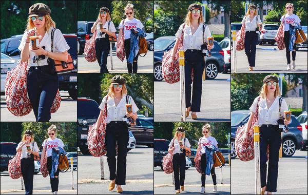 ''• '12/10/18:'' Lucy Hale a été photographiée alors qu'elle faisait du shopping dans les rues de Studio City, CA. L'actrice est aussi passée se prendre un café au starbucks pour ne pas changer les bonnes habitudes. Je lui accorde un top pour sa tenue.