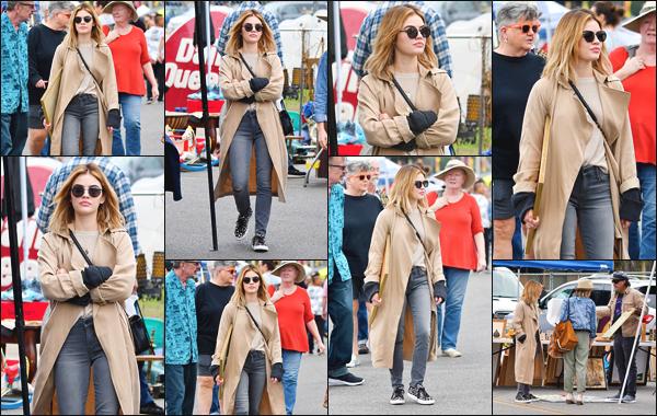 ''• '14/10/18:'' Lucy Hale a été aperçue alors qu'elle faisait du shopping à « Local Flea Market » à Los Angeles. La belle actrice portait une tenue d'automne qui lui allait superbement bien ! Je lui accorde un très grand top et vous, quel est votre avis ?
