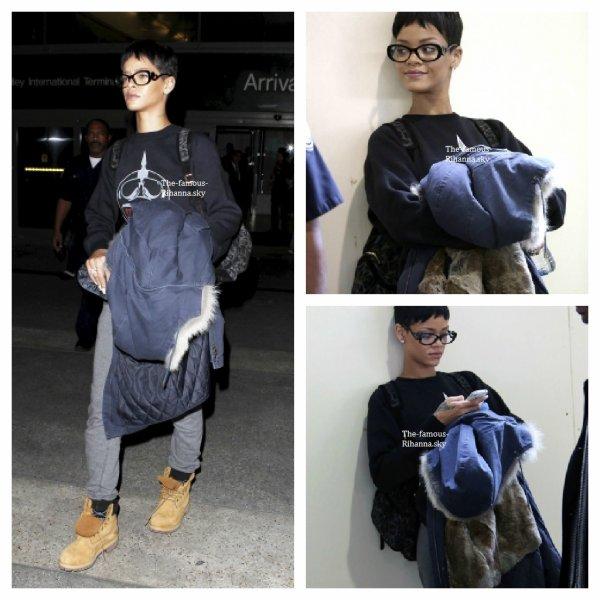 """Rihanna arrive à l'aéroport """" Lax """""""