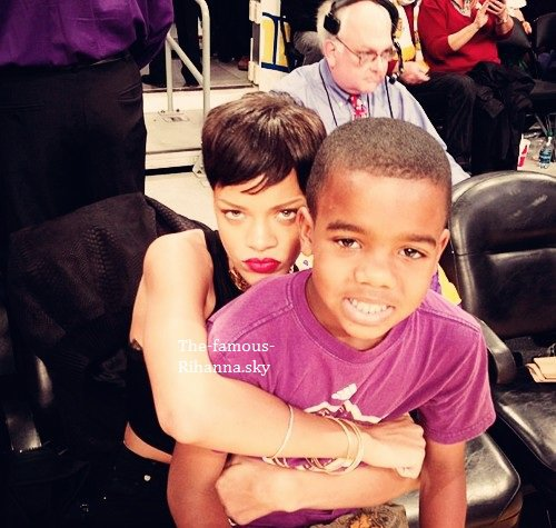 Rihanna et Chris Brown posent avec le fils de The Game