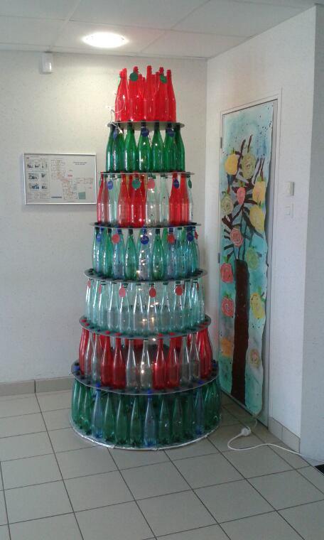 Sapin en bouteille plastique fabriqués avec les enfants bonne fêtes de fin d. Année à vous tous.
