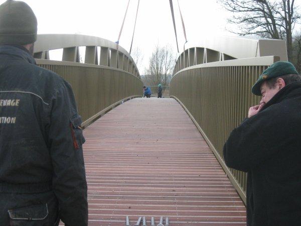 Villey - St - Etienne : mise en place de la passerelle de la voie douce :