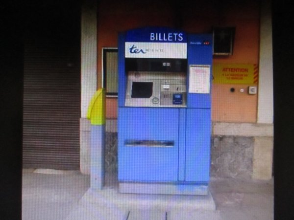 Liverdun : Distributeur de tickets de transport  en gare .