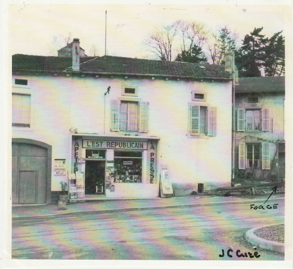 La première pharmacie du village .