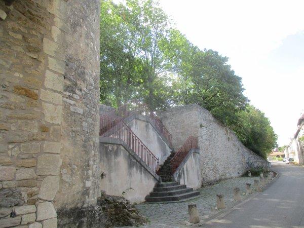 Liverdun  : son château détruit .