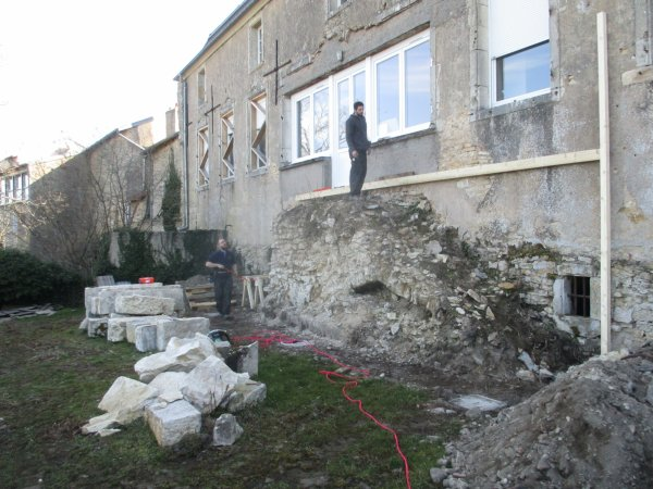 """Liverdun : le """" sarcophage """" de la """" grande maison """" ."""
