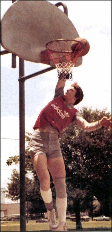 pour ceux qui ne voudrait voir notre undertaker jouer au basket