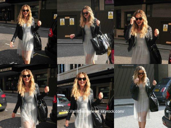9 avril 2015 : Perrie a été vue alors qu'elle arrivait au SONY studio à Londres