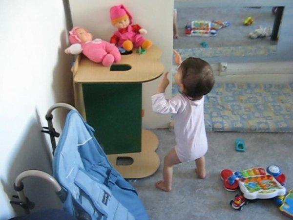 Ma belle entrain d'essayer d'attraper sa poupée
