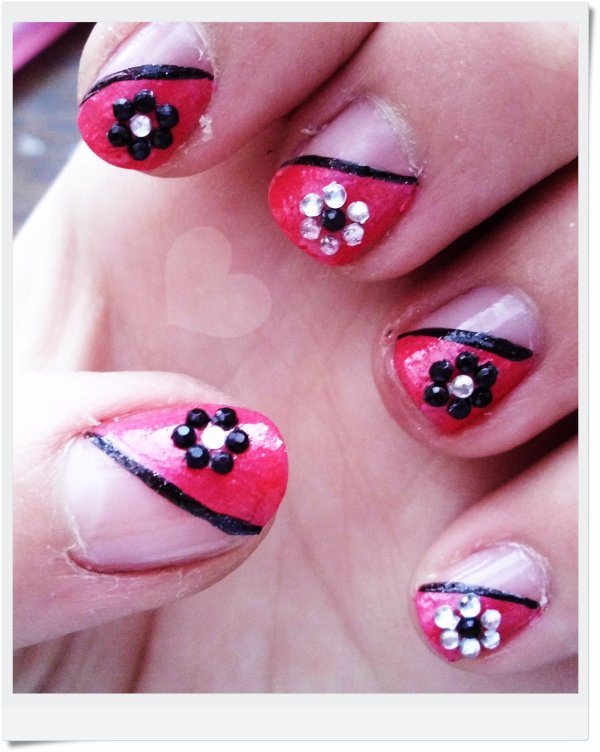 Manucure rose avec fleures