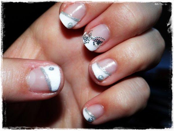 Nail art blanc et argentée