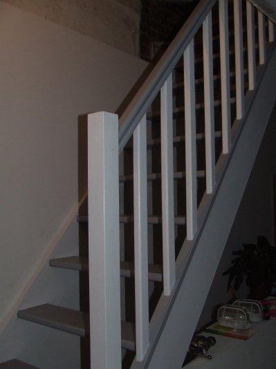 Escalier peint gris blanc notre maison - Escalier bois peint en gris ...