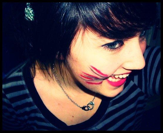 """""""Faudrait me voir, là, tout de suite. Le mascara qui coule, les yeux qui piquent. Les grosses chaussettes, la boîte de chocolat. Le ventre qui hurle quand je vois des gens qui s'embrassent. Le coeur qui pense à toi. Parce que tu vois, Je suis comme le Titanic, Je sombre à cause d'une histoire d'amour."""" . ♥"""