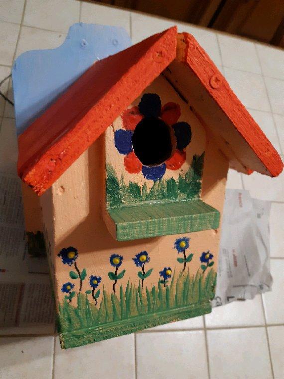 Allez ce matin peinture ,ce petit nichoir méritait bien un peu de rénovation , il est trés vieux avec le temps il c'est beaucoup abimé
