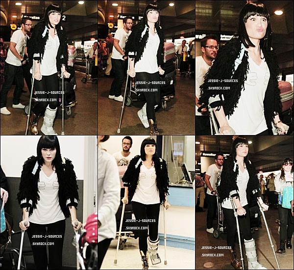 23.08.11 - Jessie arrivant à l'aéroport de Los Angeles.