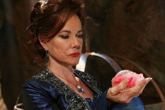 Barbara Hershey / Cora, la mère de Regina