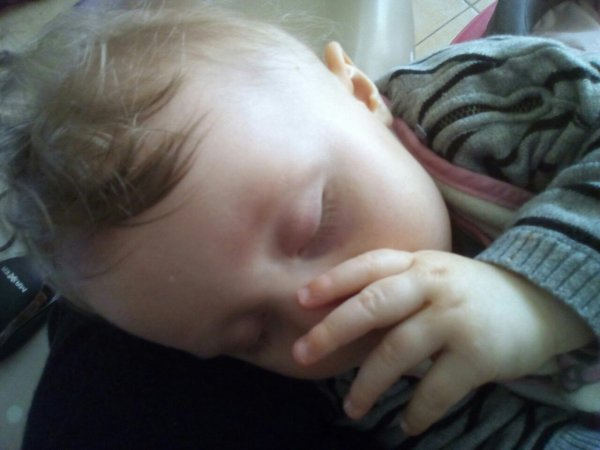 Une bonne nuit..  Il est 4h.. Elle vient  de s'endormir  dans mes bras apres deux longues  heures...  H