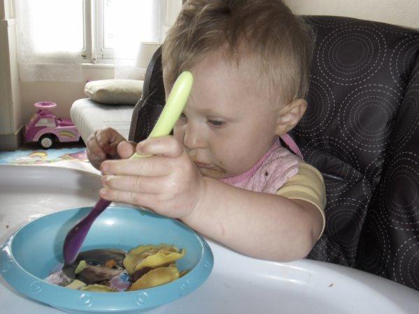 j'apprend a manger  avec ma cuillere  comme une grande