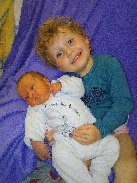 Les grandes s½urs.. avec leur petit frère