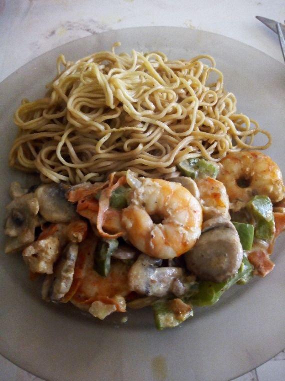 Petit plat du midi , nouille ,crevette aux legumes et lait de coco
