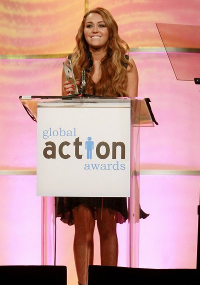 MILEY REÇOIT LE GLOBAL ACTION AWARD