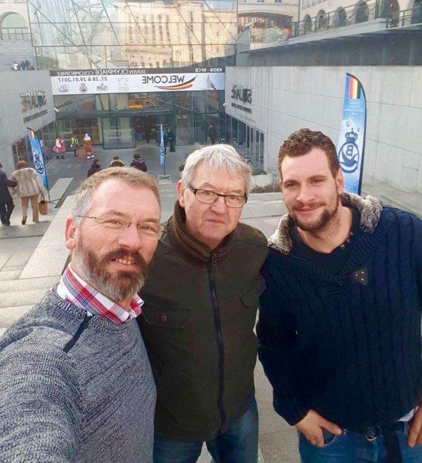 (Olympiades à BRUXELLES)Très bon souvenir de cette journée inoubliable avec ces trois colombophiles belges sourds.