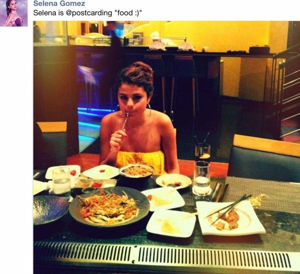 Un peu de retard ... ( . Selena à posté une new tof sur son Fcb