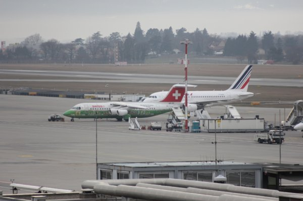 Air France Airbus A318-111  +  Swiss International Air Lines BAE Systems Avro 146-RJ100