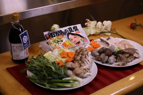 Les fruits de mer hot pot avec Otokomae Tofu par Mitsuwa Marketplace aux Etas-Unis