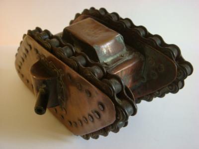 Char anglais en cuivre, chenilles faites avec des chaines de vélo