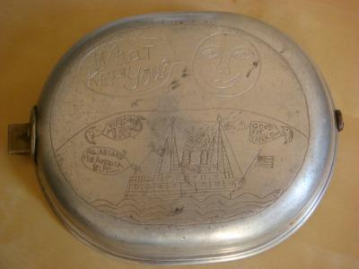 Verso du mess kit (gamelle US) avec gravure du bateau qui l'a amené en France