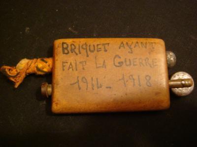 Emouvant briquet mixte essence-amadou en bois avec inscription à l'encre
