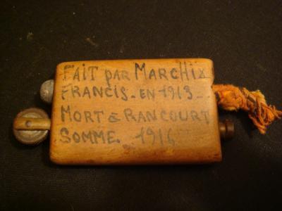 Verso du briquet, sans doute récupéré par un camarade...