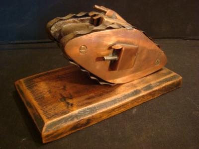 Tank anglais Mark IV en bois et cuivre avec chenilles réalisées grace à une cervellière de casque