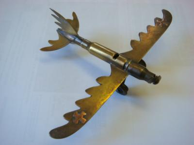 Avion allemand Taube en laiton avec croix de fer en cuivre sur les ailes