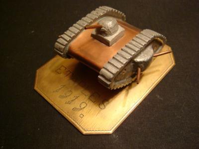 Petit char en cuivre avec chenilles et tourelles en aluminium moulées, visé sur plaque en laiton gravée Etaples 1919