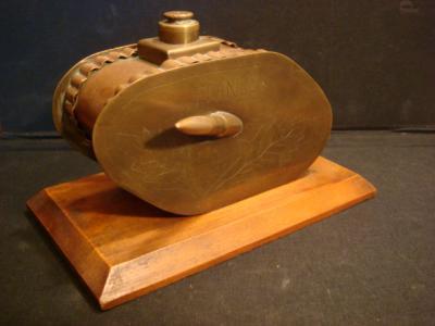 """Tank anglais cuivre et  laiton sur plaque en bois, gravé """"souvenir-France"""", canons réalisés avec des balles"""