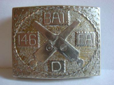 boucle de ceinturon en aluminium de la 146 Field Artillery, Battery D, une des 2 premières unités américaines envoyées en France, gravée par Frank Bigler, commandant de la Batterie D.