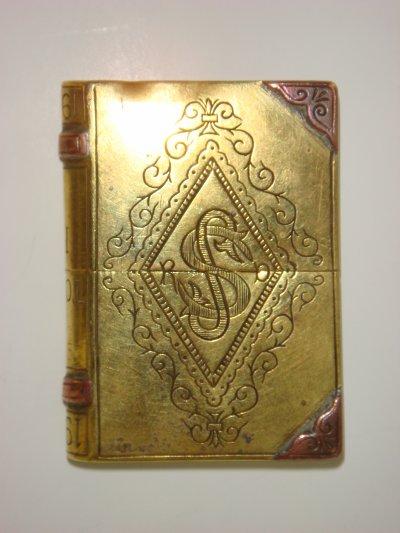 Verso briquet livre gravé des initiales du soldat