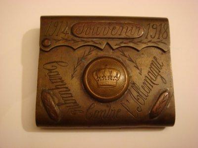 """Briquet en laiton gravé """"Souvenir 1914 1918 Campagne contre l'Allemagne"""" avec bouton d'uniforme et incrustation en cuivre"""