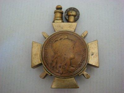 Briquet croix de guerre en laiton avec incrustation de pièce française. Idem au verso.