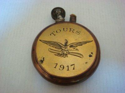 Briquet cuivre et laiton gravé Tours 1917 avec le symbole des aviateurs US (aigle tenant une hélice dans ses serres). De 1917 à 1919, Tours recevait les pilotes américains qui se formaient avant de partir au combat.